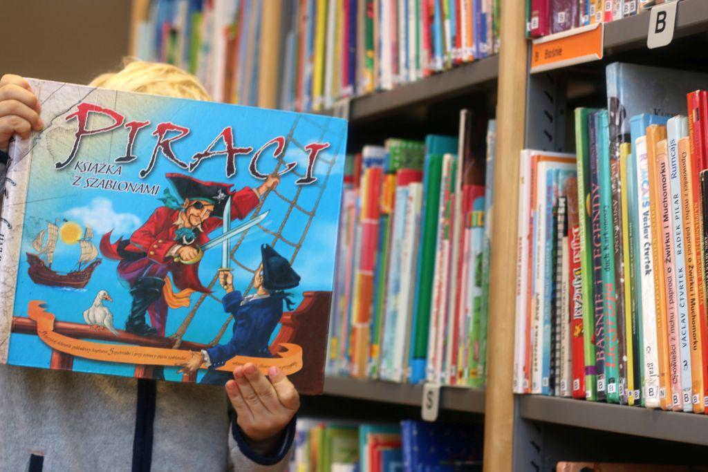 w bibliotece z dzieckiem